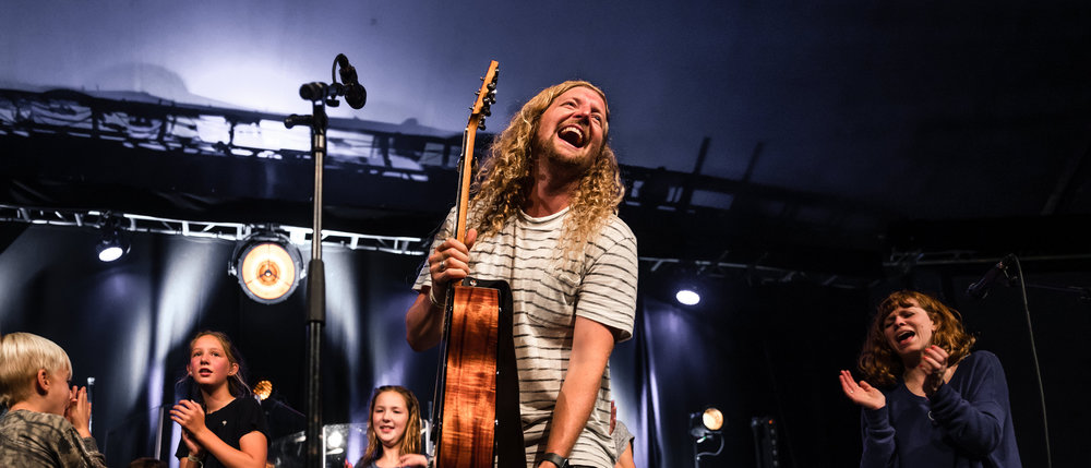 Sean Feucht  is joined on stage by his and the other band members' children for a final song 📸 by: Grant Richie  © David's Tent