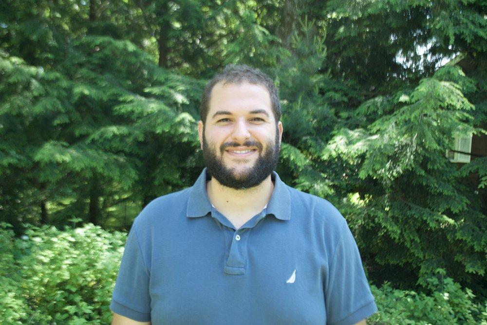 Ethan est un Bachelier de Génie Informatique.  Ethan est un individu curieux qui voit les choses de façon positive, la ou les autres voient des problèmes, Ethan voit un defi stimulant a résoudre. Il est le premier employéde notre branche américaine Symasol Corp.