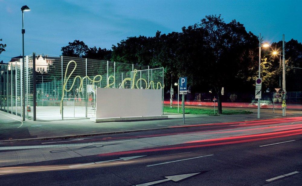 Installationsansicht, USA/Mexico Barrier, Largest Common Divider, Lia Sáile, Margaretengürtel, Wien, 2014-2015, Foto: Severin Koller