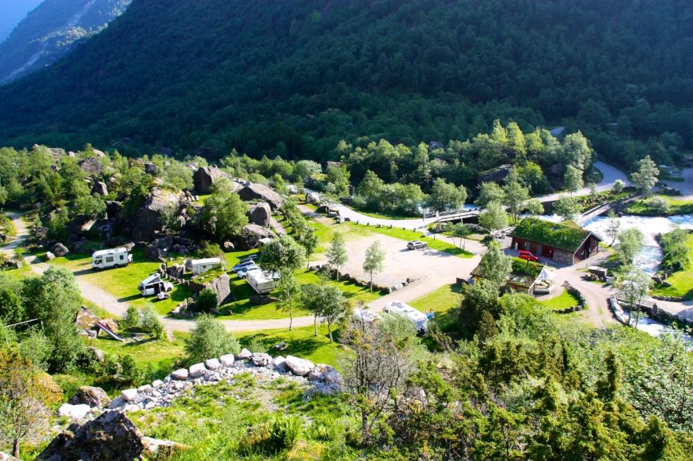 Blick über das Servicegebäude, den Campingbereich und die Gemeinschaftsterrasse.
