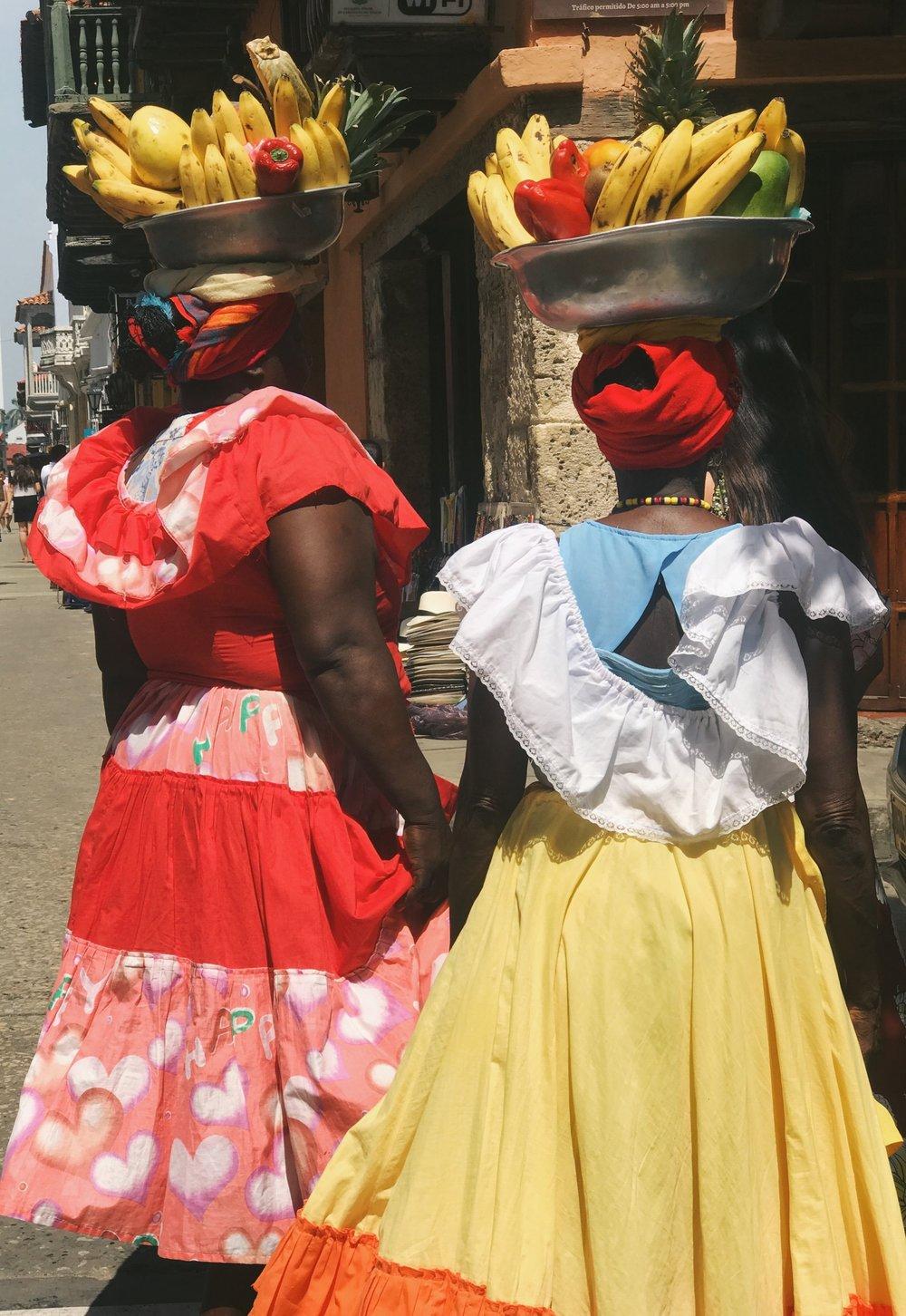 FRUTA Y FALDAS |  WOMEN DRESSED IN BRIGHT, RUFFLED SKIRTS SELLING FRESH FRUIT