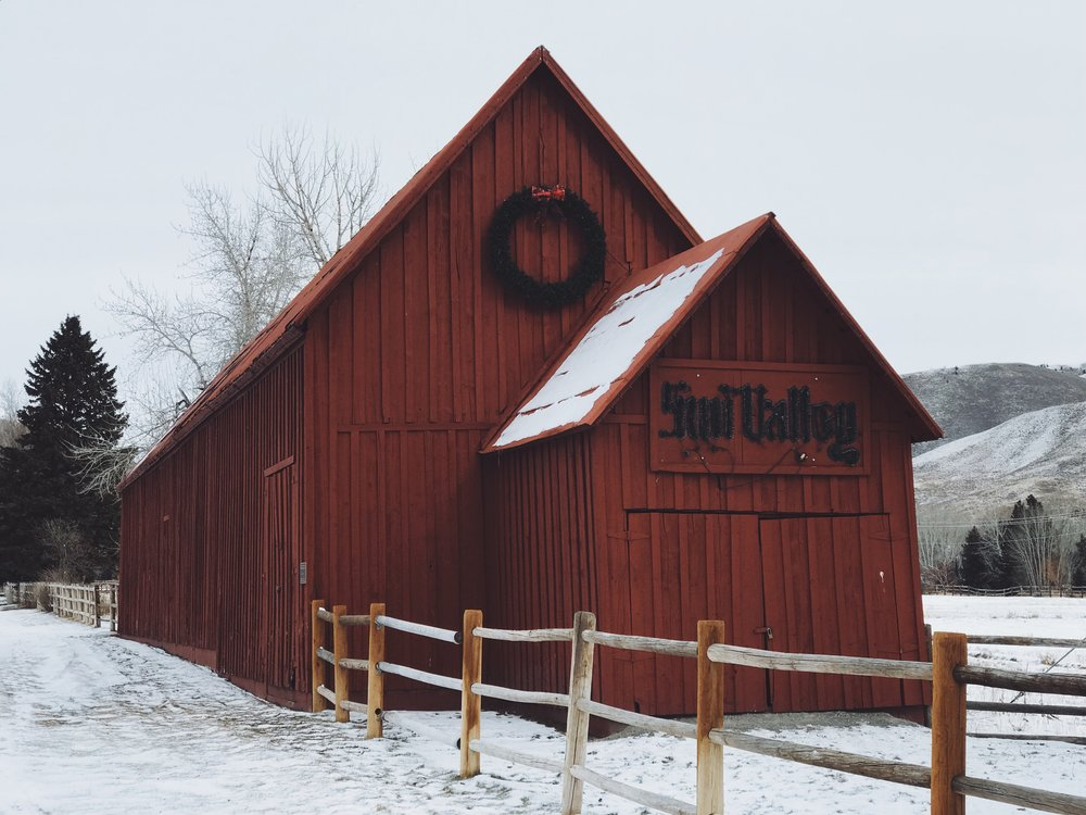 #SUNVALLEY |  THIS FAMOUS RED BARN LIGHTS UP AT NIGHT. A perfect little photo op.
