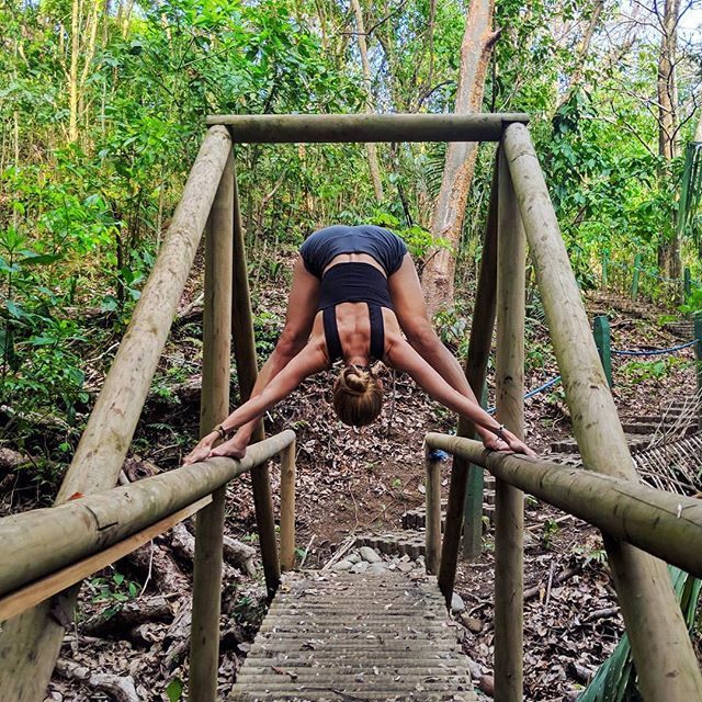 Don't expect to see a change if you don't make one. 💫✨ Wearing @aloyoga #yoga #aloyoga ⠀ 📍 @paradorresortandspa #costarica #travel 🌴 📷👉🏼 @paging_kev