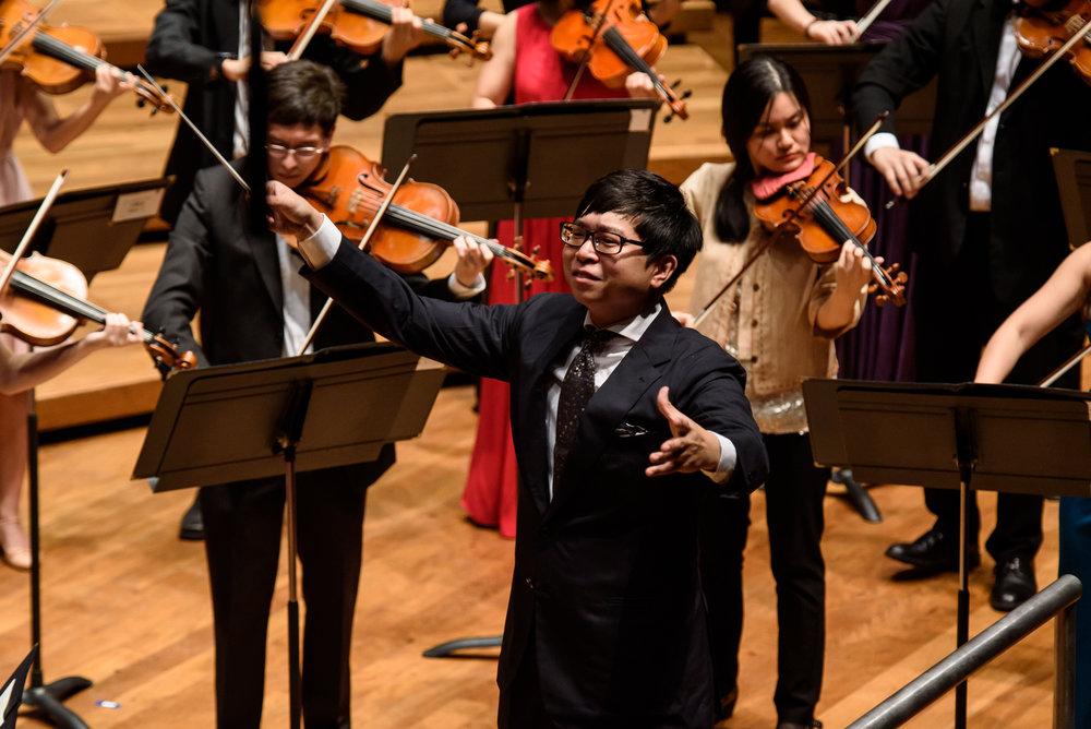 Kahchun Wong conducting the YST Alumni Festival Orchestra.
