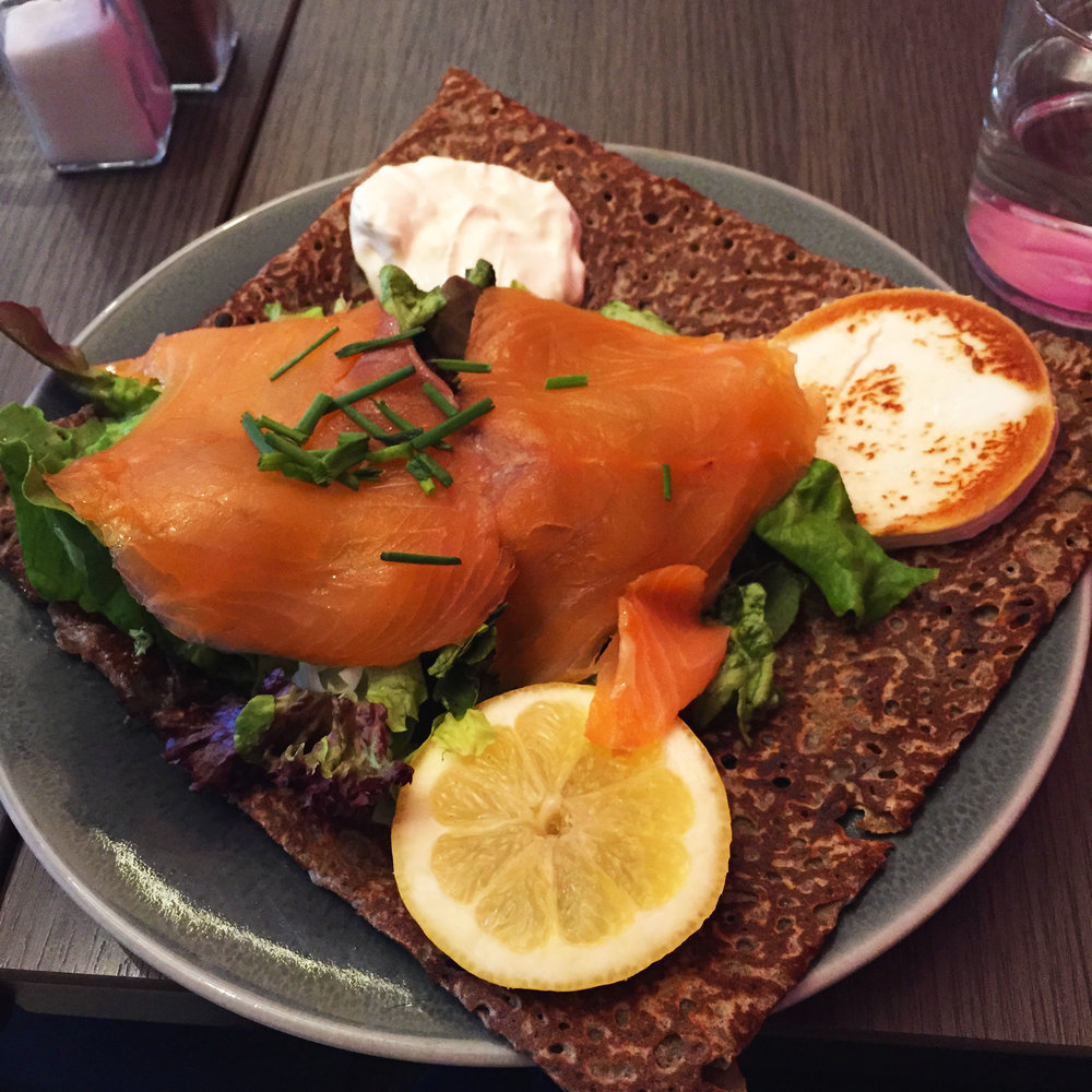 Björn: Smoked salmon, warm goat's cheese, saladm mix, fresh cream, chives, lemon