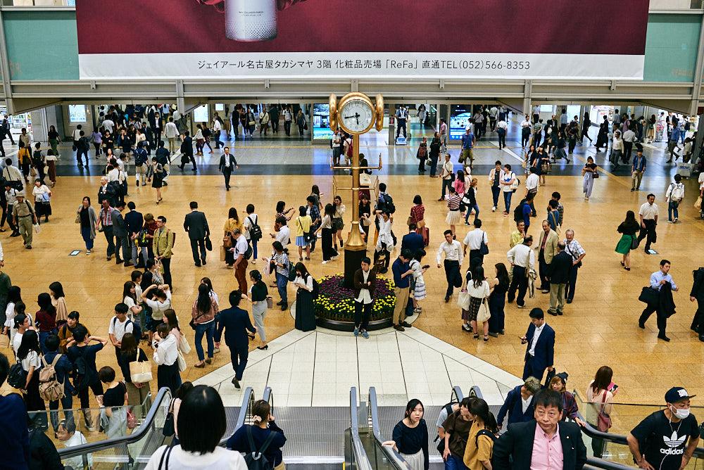 Stazione di Nagoya con un buon punto di ritrovo sotto l'orologio.