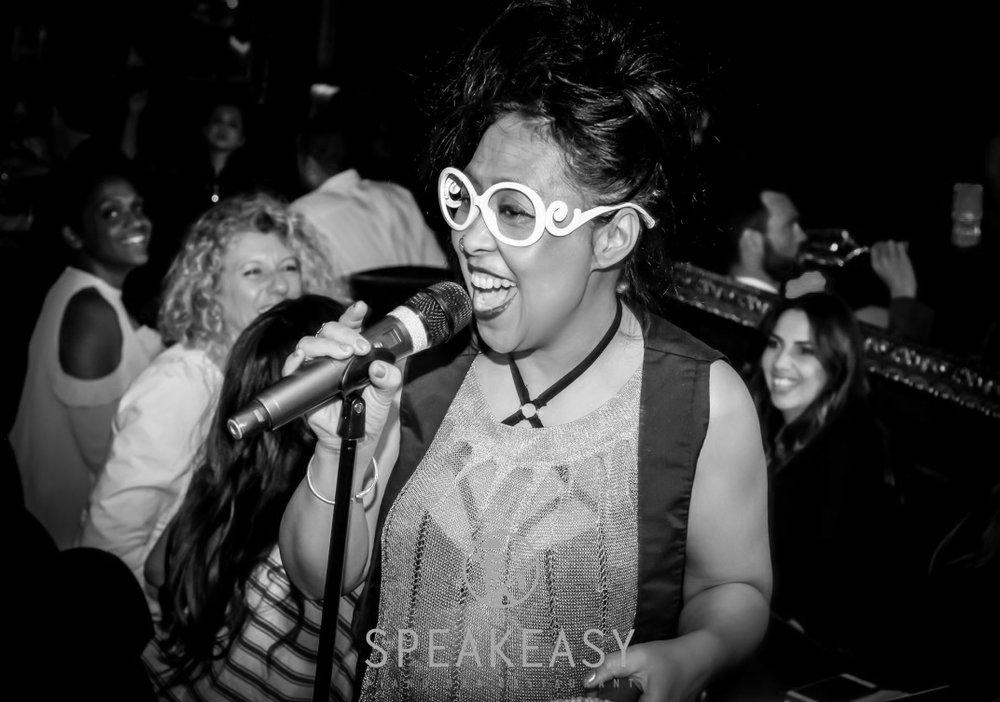 Suzy Randria   Passionnée de la musique afro-américaine depuis son enfance, Suzy a une énergie folle sur scène qu'elle partage avec son public. Un talent que vous retrouvez avec ses reprises d'Aretha Franklin, Tina Turner, Lauryn Hill et Nina Simone.