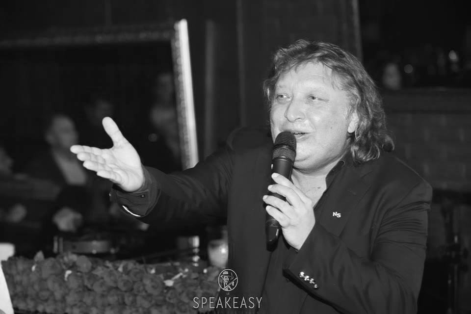 Nicolas Samu   Virtuose du Violon, crooner et chanteur de charme, capable d'interpréter sept langues dans un registre alliant le romantique et le groove.