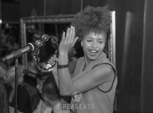 Keeya   La perle du Speakeasy, chanteuse à la voix suave étant capable d'interpréter un registre allant de Etta James à Rihanna.