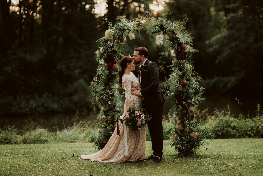 dark-moody-summer-wedding-schloss-margarethen-am-moos-vienna-austria-highemotionweddings-planner-ceremony-arch-lake-aisle (3).jpg