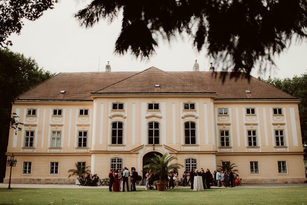 dark-moody-summer-wedding-schloss-margarethen-am-moos-vienna-austria-highemotionweddings-planner-landofwhitedeer (37).jpg