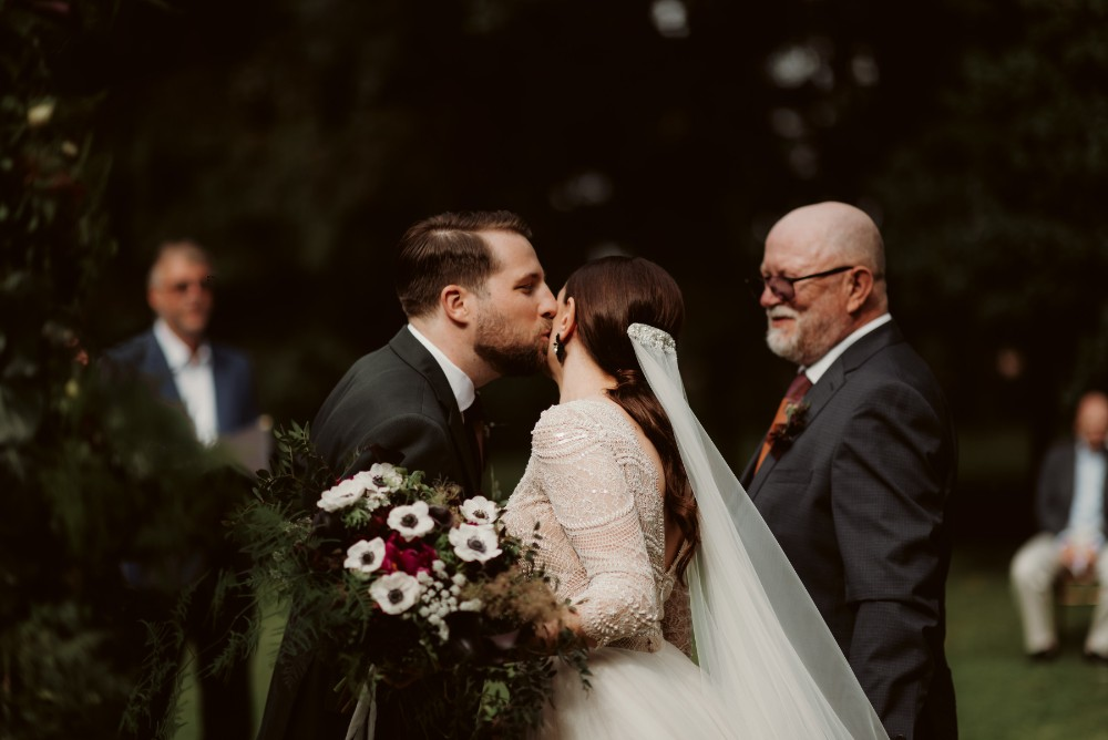 dark-moody-summer-wedding-schloss-margarethen-am-moos-vienna-austria-highemotionweddings-planner-landofwhitedeer (42).jpg