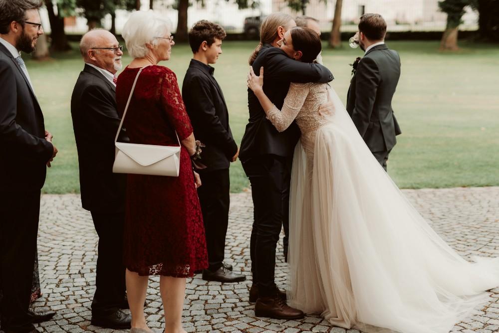 dark-moody-summer-wedding-schloss-margarethen-am-moos-vienna-austria-highemotionweddings-planner-landofwhitedeer (50).jpg
