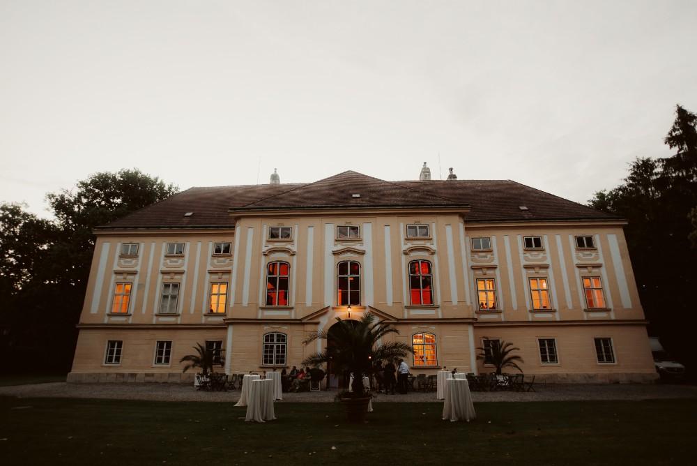 dark-moody-summer-wedding-schloss-margarethen-am-moos-vienna-austria-highemotionweddings-planner-landofwhitedeer (104).jpg