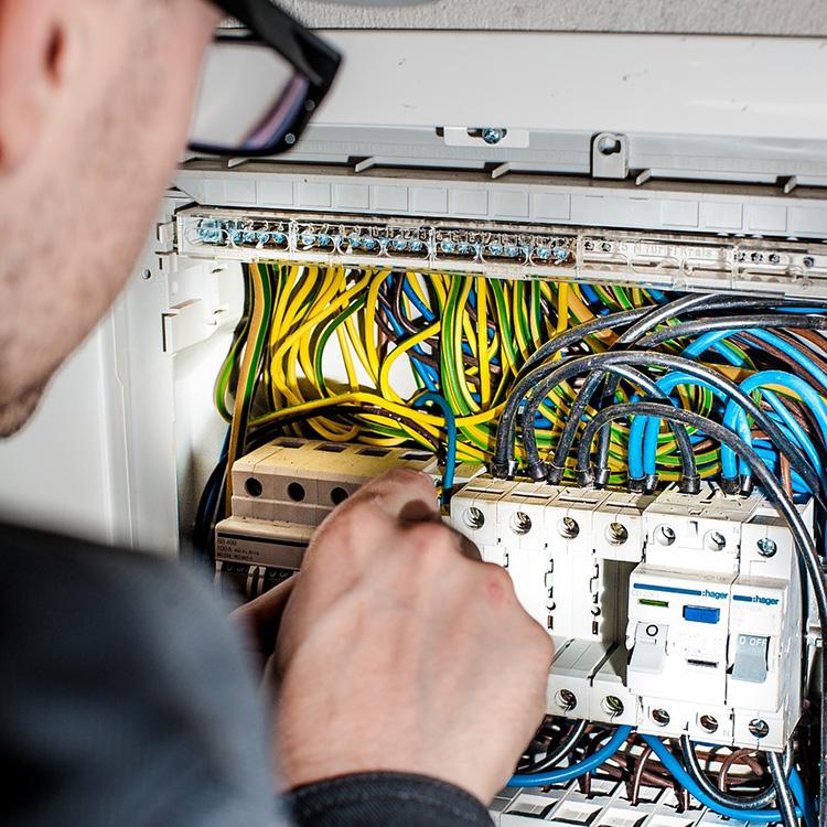 electrician-1080573_1280.jpg