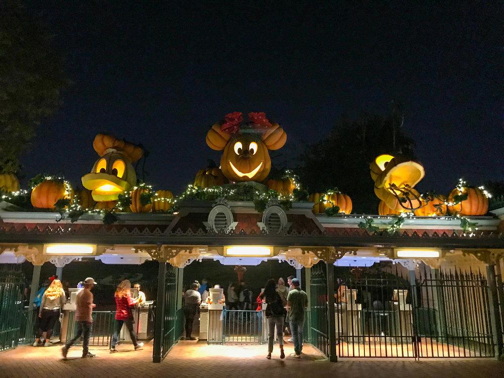Disneyland_Main_Entrance_Halloween_2017-49.jpg