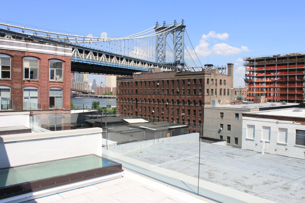 High Performance townhouses in Brooklyn uses extra sound insulating glass and airtightness to keep noise from subways and car traffic on Manhattan bridge to a minimum