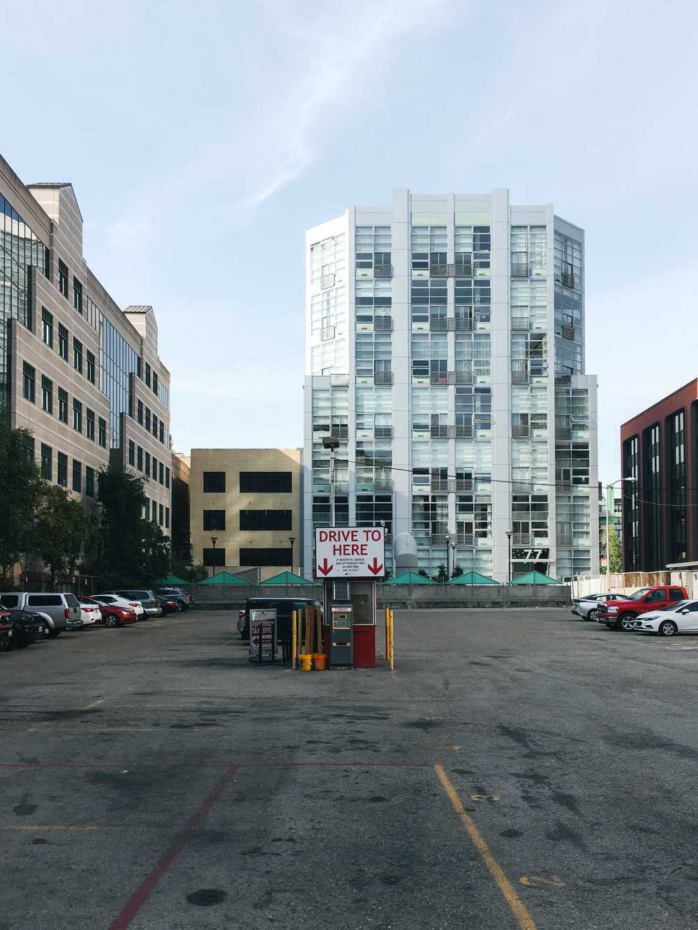 "<p style=""font-family:brandon-grotesque;font-weight:500; font-size:11px; text-center:left; color:light grey;letter-spacing: 1px"">OCTOBER 6, 2017 • PARK HERE • 📍 San Francisco, CA</p>"