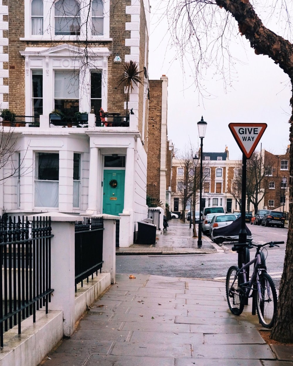 "<p style=""font-family:brandon-grotesque;font-weight:500; font-size:11px; text-center:left; color:light grey;letter-spacing: 1px"">JANUARY 114, 2018 • GOODBYE NOTTING HILL • 📍London, UK 🇬🇧</p>"