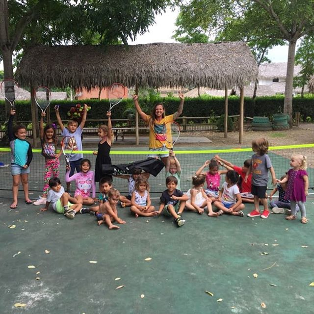 Ambassador @paolabanksurf runs their first mini and tots tennis session with the primary school's new @zsigsports kit! 👫👬👭🐣🍫 #happyeaster #eggcuador #montañita #sustainable #eggsplorer @ecuadortravel