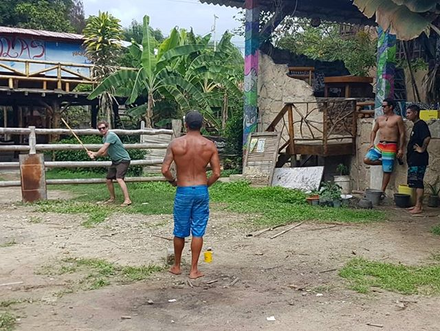 Playing chapita! 🇻🇪 Venezuelan street baseball, using a broom handle for bat and bottlecaps as ball #locals #justtocapitoff #homerun #strike #takeaneyeout with local surf and fitness coach @sargeantsurf