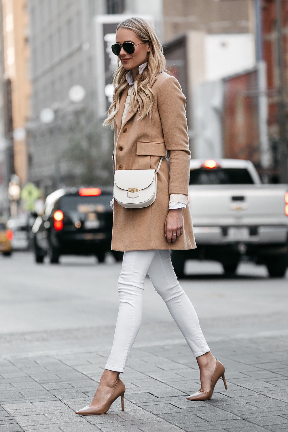 I haven't owned white jeans since junior high but I think 2018 is the year I'm going to bring them back.  I love this neutral/monochrome look.  Also, need to get nude pumps ASAP.