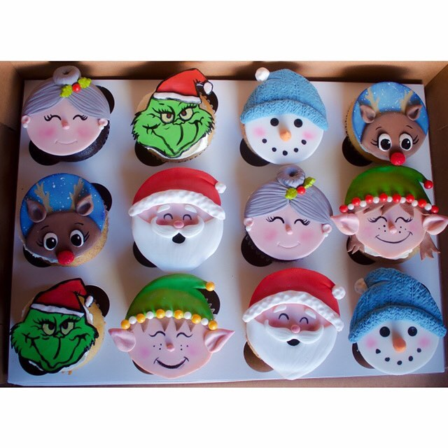 Very high level of coziness & happiness making these😌 i often think about how kid-me would be bouncing off the walls if she knew what she'd end up doing for a living 🥳🙆🏽‍♀️ CRAFTS & CAKES EVERYDAY! 🎨🧁🎂 #christmascupcakes