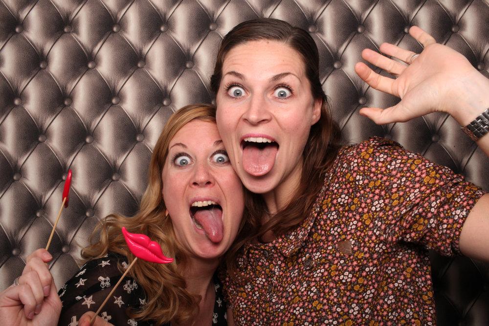 Meiden samen in photobooth met props.