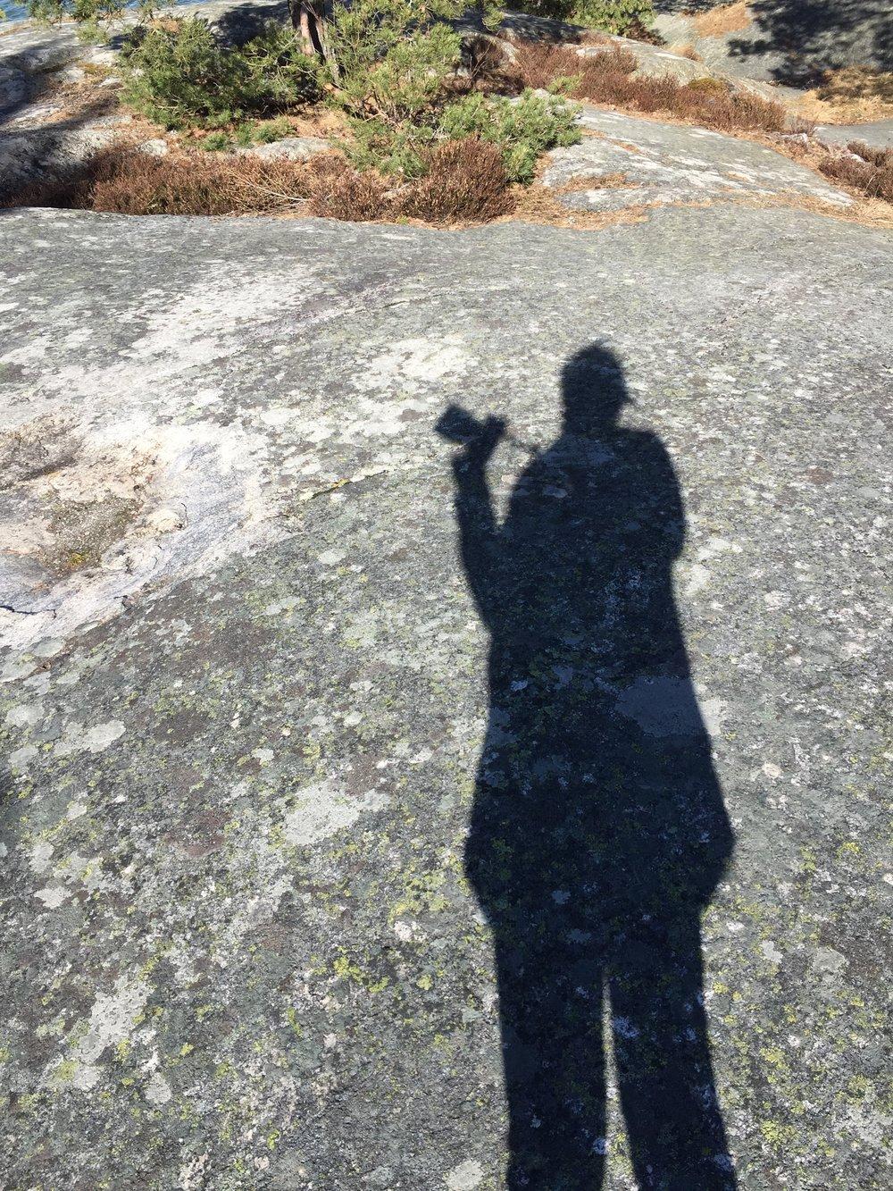 På klippan vid Gålö Havsbad och laddar för bröllopsfotograferingen.