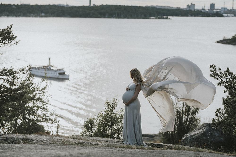 Carolina igen i en av mina gravidklänningar som man får låna under en fotografering