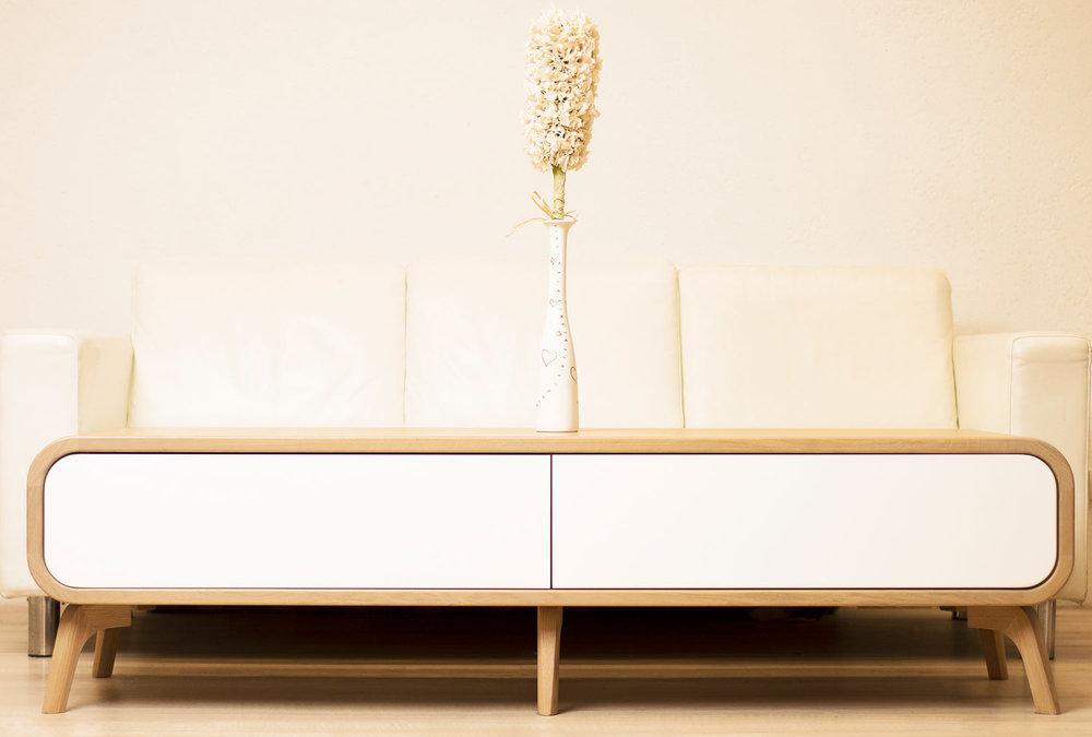 ąžuolo masyvo tv staliukas su stalčiais. modernaus dizaino tv staliukas