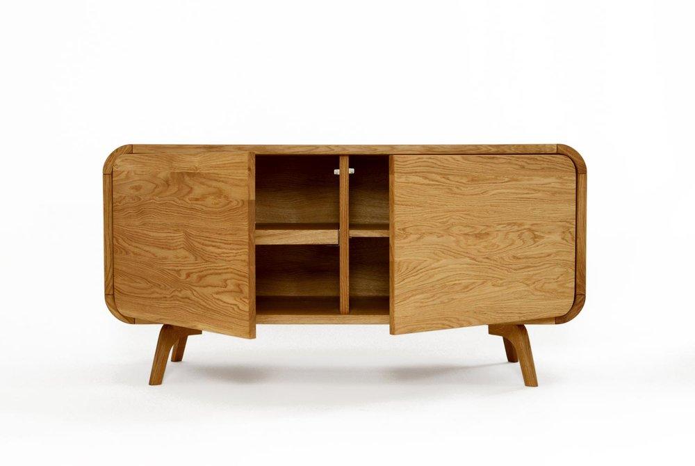 Ąžuolo masyvo baldai yra brangūs dėl savo ilgaamžiškumo -