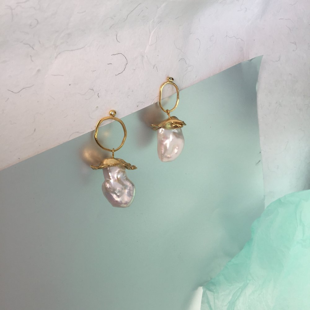 Flexi Pearls | Baroque Pearls with topaz in granule. 18kt yellow gold plated silver.