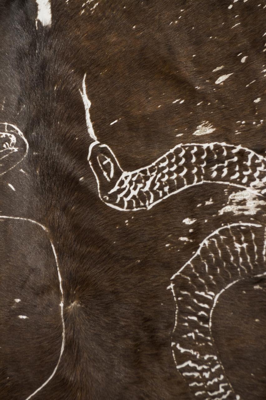 Victor Guti,  Sans titre , 2016. Gravure sur peau de vache, 160 cm x 200 cm