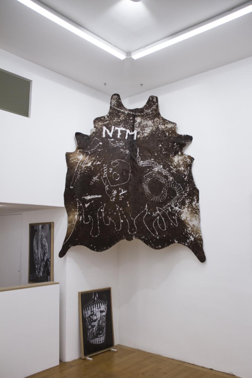 Victor Guti,  Sans titre,  2016. Gravure sur peau de vache, 160 cm x 200 cm