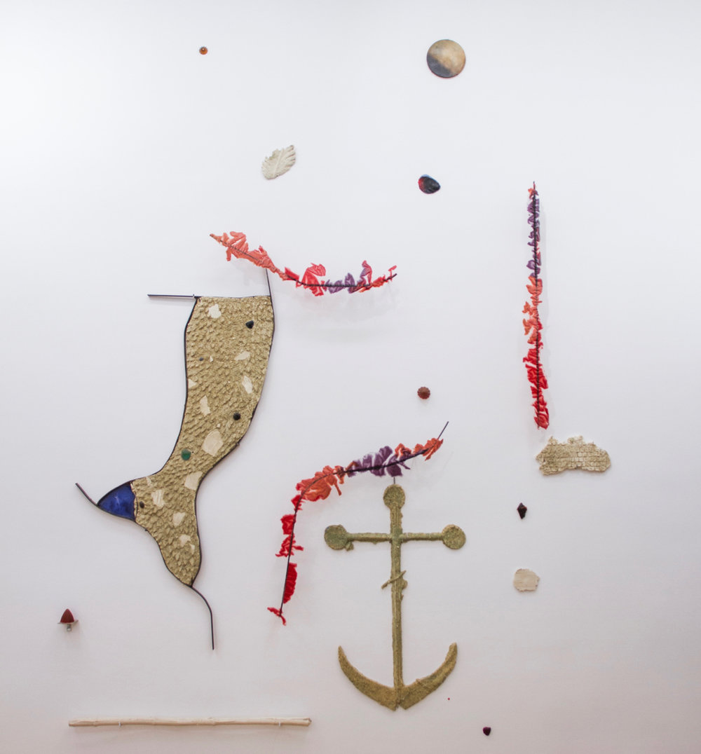Romain Vicari,  Aquarius , 2016. Composition murale: résine transparente colorée, résine opaque sablée, métal, colorants, plâtre. Vue d'ensemble