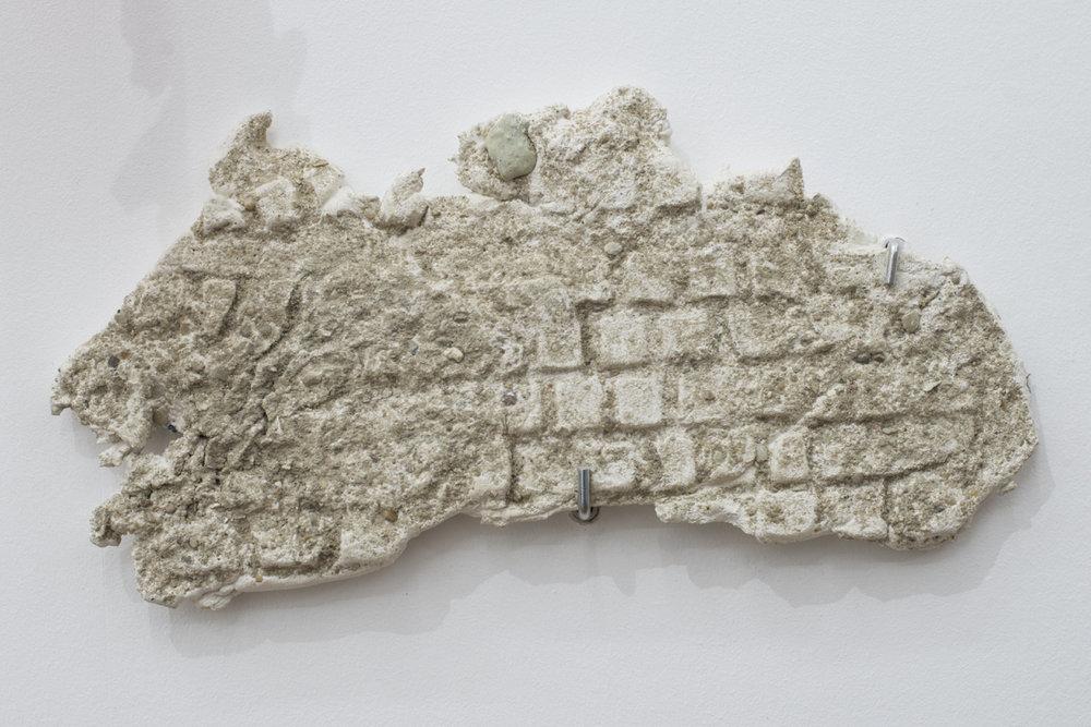 Romain Vicari,  Aquarius , 2016. Composition murale: résine transparente colorée, résine opaque sablée, métal, colorants, plâtre. Clavier 32 cm x 16cm