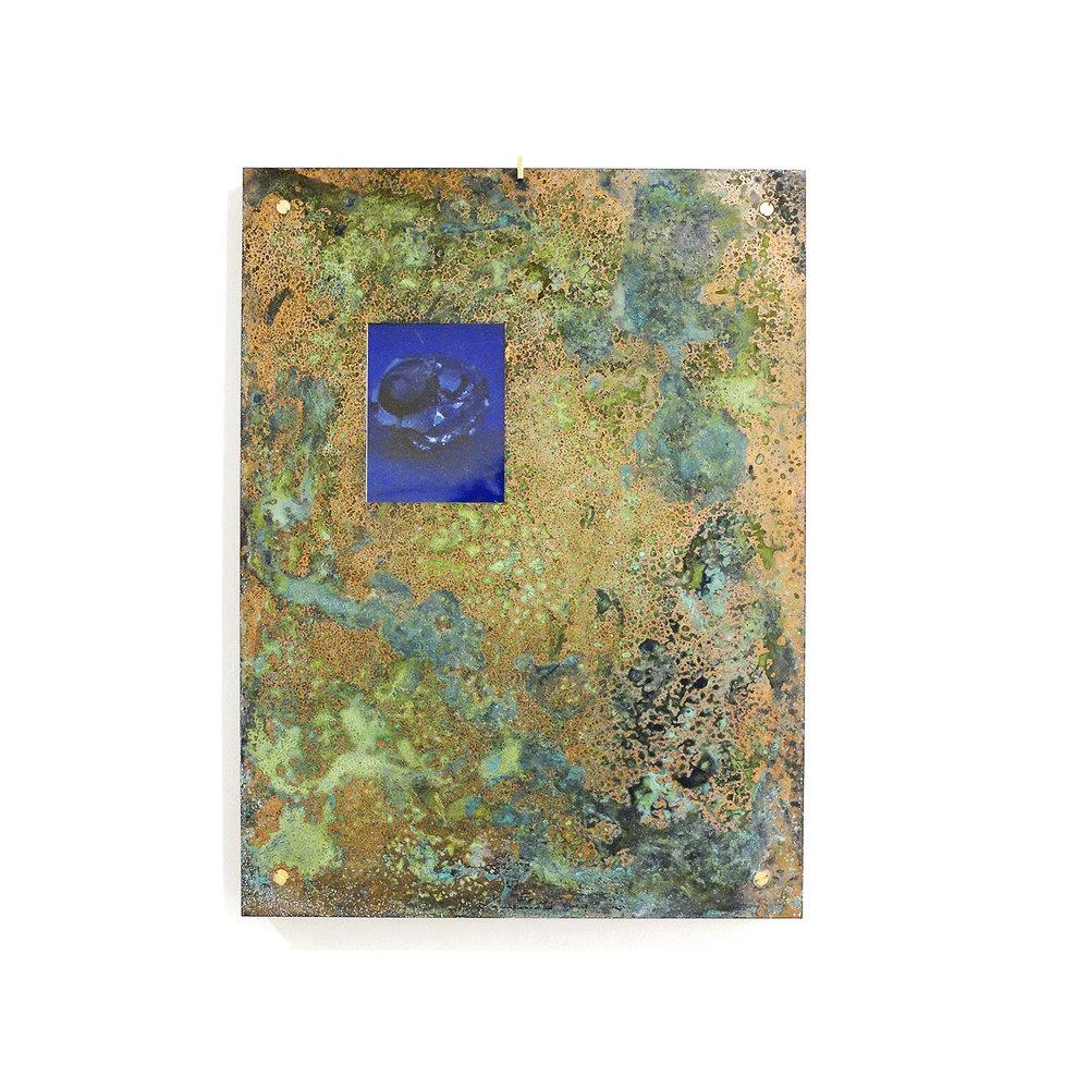 Camille Ayme, Charbon Centralia, 2016. Polaroid, cuivre patiné au vert de gris, chaine massif. 40 x 30 x 2,5 cm