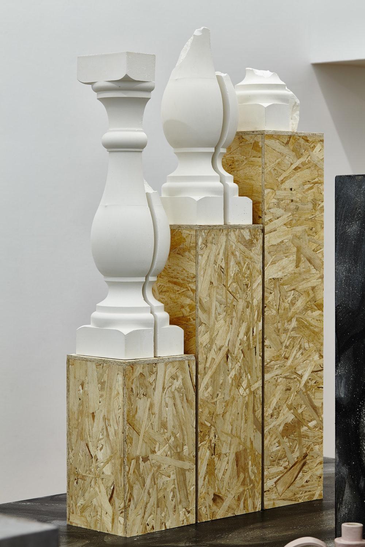 Cyril Zarcone,  Balustres décoratifs , 2017. Bois OSB, plâtre, 110 cm x 60 cm x 18 cm