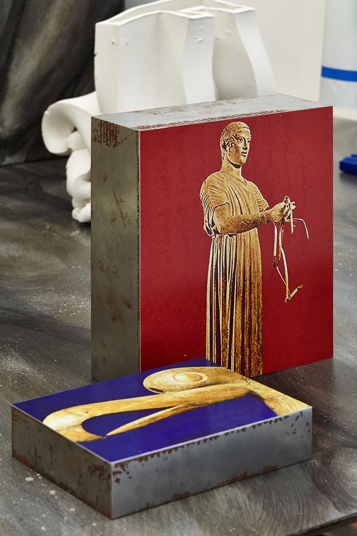 Manon Recordon,  Aurige , 2017. Tirage lambda, acier, 30 cm x 26 cm et  Oiseau mythique Altaï , 2017. Tirage lambda, acier, 18 cm x 23 cm