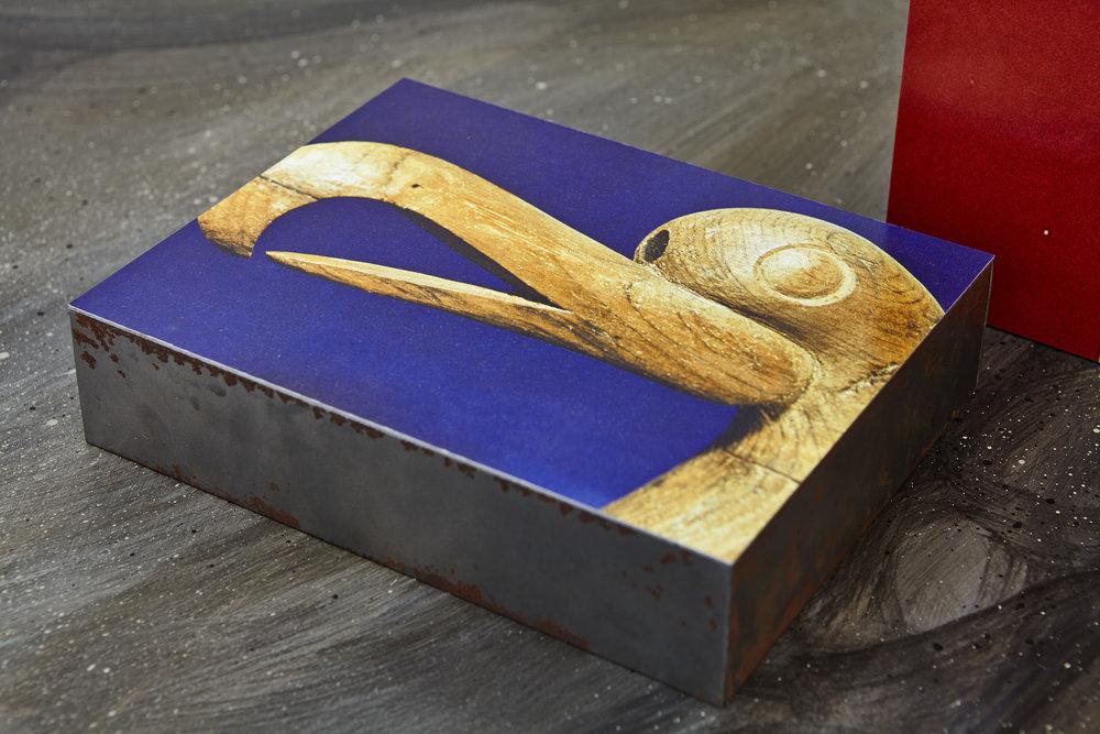 Manon Recordon,  Oiseau mythique Altaï , 2017. Tirage lambda, acier, 18 cm x 23 cm