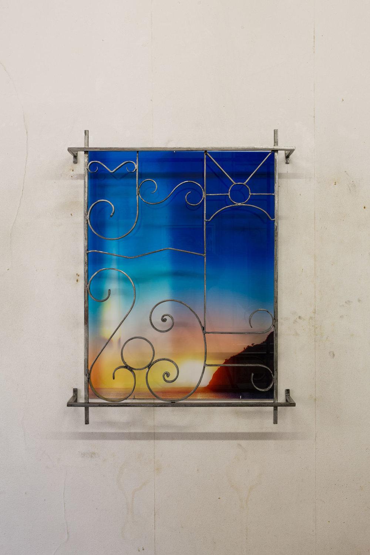 Pauline Sarrus,  Série CLAUSTRA , 2017. Installation murale, métal poli, grille en fer forgé, impression sur plexiglas, 73 cm x 95 cm