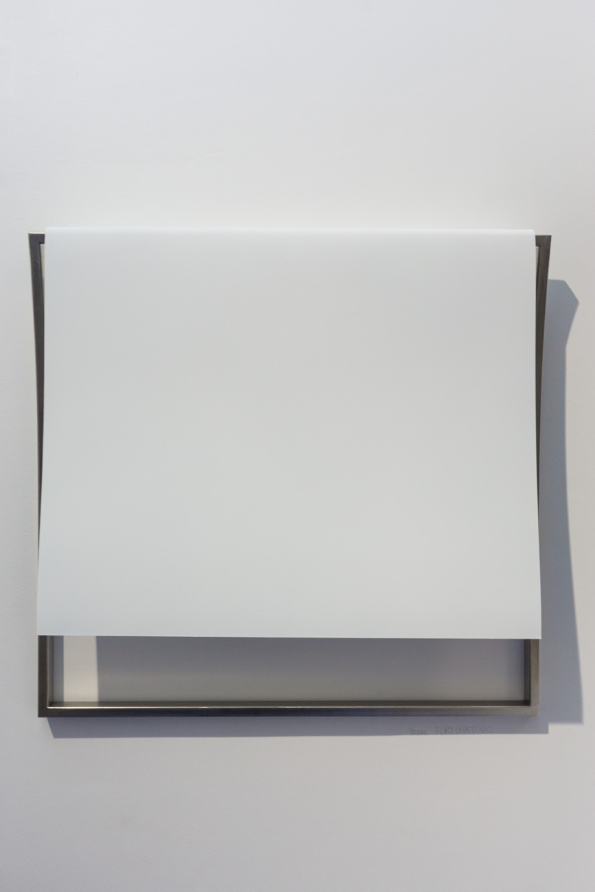 Mara Fortunatovic,  Sicarre in sole , 2017. Plâtre et acier inoxydable, 60 cm x 70 cm