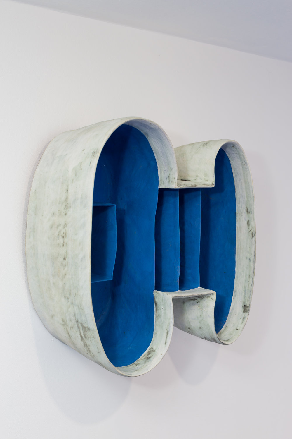 Daphne Corregan,  Blue Spaces , 2013. Grés, 40 x 39 x 16 cm