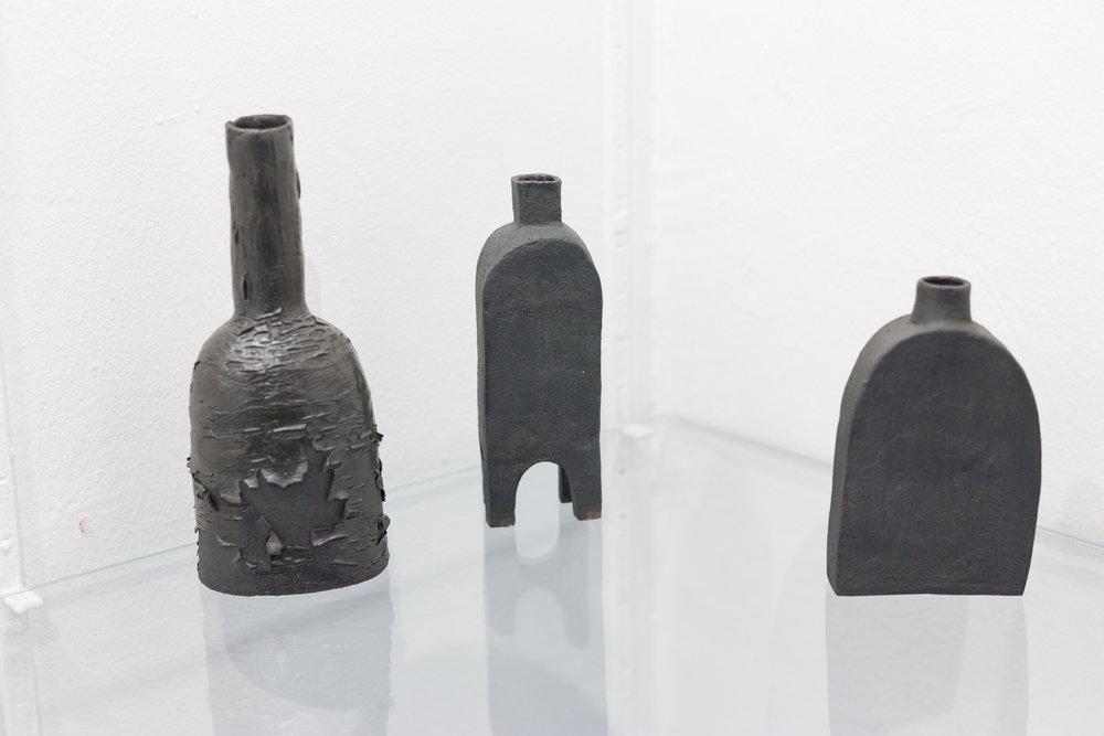 Jessica Coates & Michel Müller (de g. à d.  Tension Vase,  engobe, 18,5 x 4 cm,  Arch Vase,  enduit, 16 x 3 cm , Drown Vase,  engobe, 12,5 x 2 cm), 2017