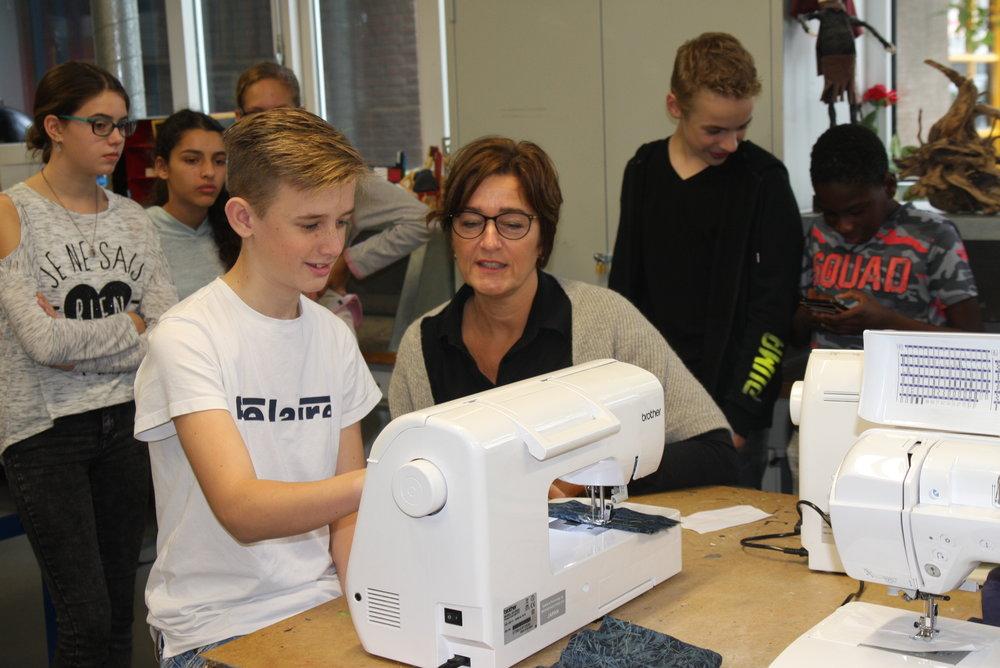 Hoe maak je zo'n tas eigenlijk? Hanneke van het bedrijf Brother legt uit hoe de naaimachines werken. Deze naaimachines zijn beschikbaar gesteld door Brother voor het project wat gedaan wordt op het Penta college.