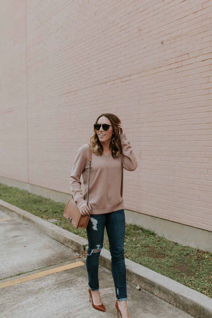 Blogger-Gracefully-Taylored-in-Blush-Vince-Sweater20-683x1024.jpg