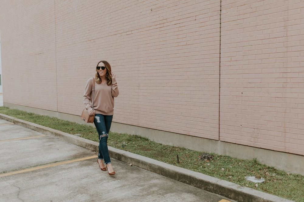 Blogger-Gracefully-Taylored-in-Blush-Vince-Sweater26-1024x683.jpg