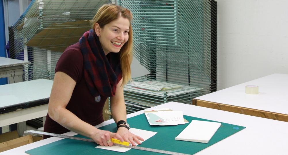 Audrey Charron au travail. Technique d'estampe : sérigraphie.  Qu'est-ce que c'est? Crédit photo : Catherine Leblond.