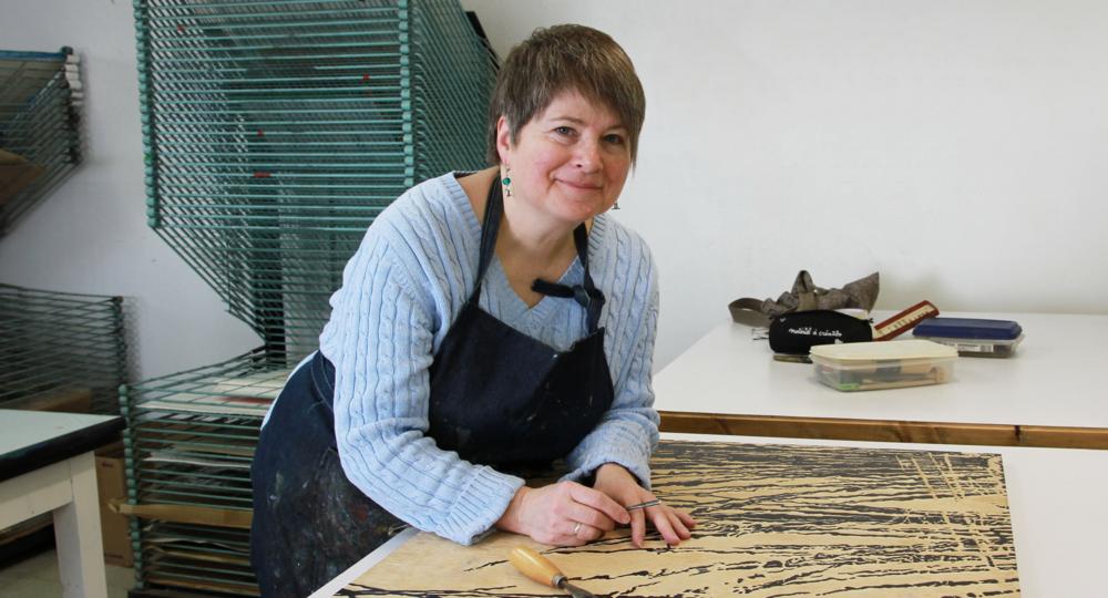 Élisabeth Mathieu au travail. Technique d'estampe : gravure sur bois. Qu'est-ce que c'est?Crédit photo : Catherine Leblond.